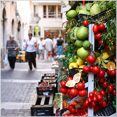 Camminate a Taormina (LEO) Tags: red summer italy fruit rouge lemon italia estate tomatoes streetphotography sicily oranges taormina turismo rosso frutta pomodori canonef2470mmf28lusm sicilia sud bancarella limoni caldo donttouch arance lseries verdura catchycolorsred canonphotography agrumi canoneos40d canoniani ccpb0809