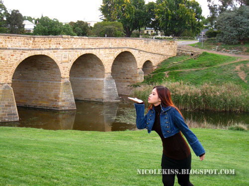 kissing oldest bridge