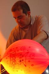 Ricardo Arias con uno de los globos de su batería global