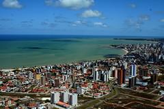 Somos a porta do sol... (Fabiana Velôso) Tags: cidade verde praia branco azul cores mar orla céu joãopessoa nuvens aérea prédios oceano paraíba frenteafrente portadosol fabianavelôso renataarruda
