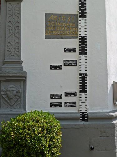 Höchstwasserstände des Rheins in Koblenz, angezeigt am Pegelhaus