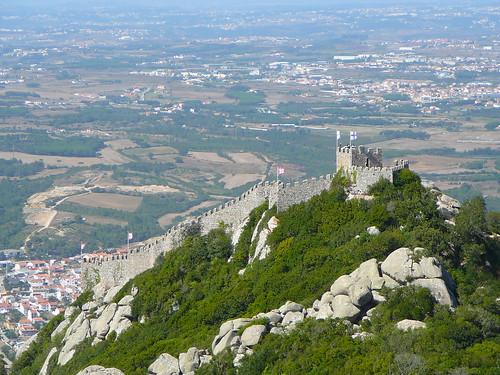 Vista del Castelo desde el Palacio da Pena, con la Torre Real en primer término.