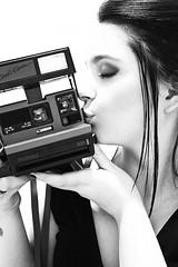 [フリー画像] [人物写真] [女性ポートレイト] [白人女性] [横顔] [キス/KISS] [カメラ] [モノクロ写真]    [フリー素材]