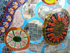 kleine Nanas (Fingerhut und Ringelblume) Tags: bunt toskana nikidesaintphalle giardinodeitarocchi tarotgarten