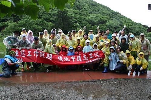 NTT企業志工參與生態工作假期,不畏風雨用熱情進行棲地守護工作。