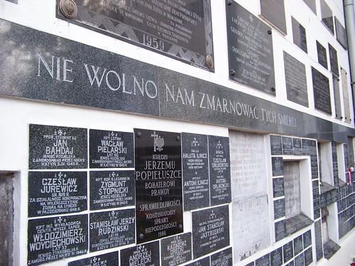 Tấm bia ở chính giữa khắc tên linh mục Jerzy Popiełuszko vào năm 1984 bị mật vụ cộng sản bắt cóc, tra tấn và giết hại bởi ông quá nhiệt thành bảo vệ lẽ phải, với vai trò đỡ đầu cho Công Đoàn Đoàn Kết của Ba Lan.