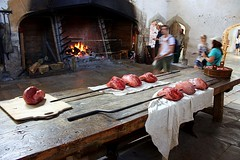 A cozinha de Hampton Court / Hampton Court kitchen (Marcio Cabral de Moura) Tags: kitchen table fire jubilee tudor londres fogo hamptoncourt mesa henryviii cozinha richmonduponthames 500years 500anos espeto jubileu thetudors henriqueviii