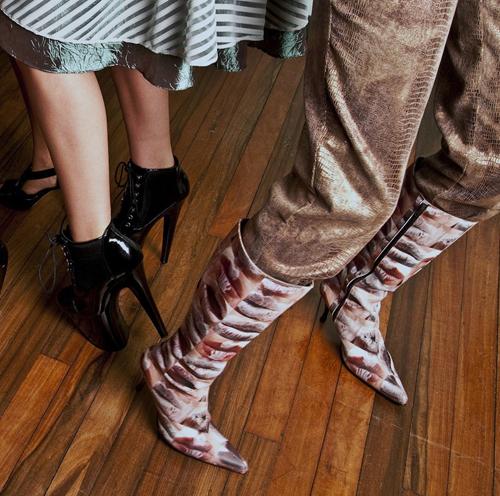 Bailando y bailando:Pasándolo bien. Zapato negro de plataforma con cordón de Moda Peligrosa y bota cowboy urbano de Carla Solano