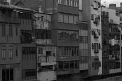 La riba oblidada... en b&n (Lluís Vicens (sense temps per a res!)) Tags: bw agua girona ventanas aigua a100 blancinegre balcones fachadas balcons finestres façanes sal1870