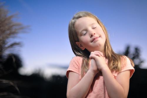 フリー画像| 人物写真| 子供ポートレイト| 外国の子供| 少女/女の子| 祈り/祈る|      フリー素材|