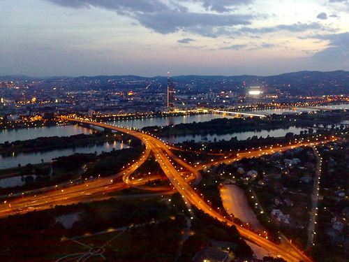Blick über Wien in der Dämmerung vom Donauturm aus