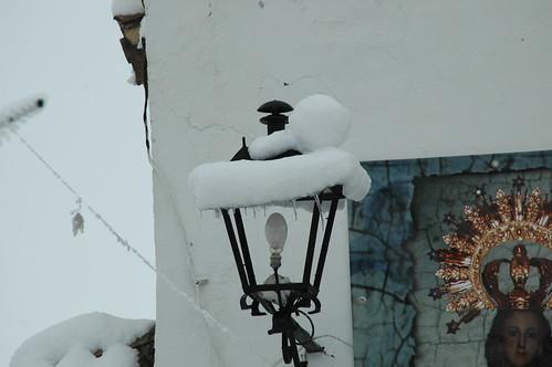 Farola con nieve