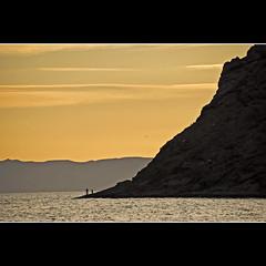 Fishing? (Ana Encinas.) Tags: ocean sea sky orange mountain beach mar fishing nikon horizon playa cielo montaa pesca naranja horizonte oceano anaranjado pescar bahiadekino anaencinas