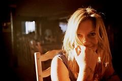 [フリー画像] [人物写真] [女性ポートレイト] [白人女性] [頬杖/頬づえ] [金髪/ブロンド]      [フリー素材]