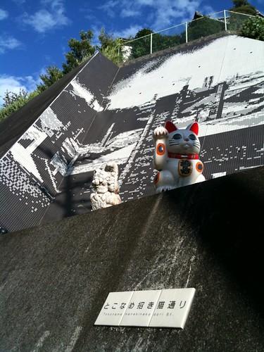 さすが常滑。急傾斜危険地域の傾斜を焼物ギャラリーにしとる。