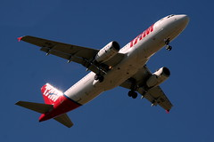 No dia em que fui mais feliz, eu vi um avio.... (Fabiana Velso) Tags: branco cores cu vermelho avio voar vo fabianavelso