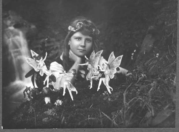 Merveilleux The Cottingley Fairies. In July Of 1917, Teenage Cousins Elsie Wright And  Frances Griffiths Took Two Photographs ...