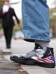 Foto de Obama estampa o tênis do jovem que caminha por uma rua de Pequim (edjane obama) Tags: world china trip usa nature brasil asia natureza whitehouse tenis hero mundo curiosidades barackobama pequim uspresident obamania edjane edjaneobama edjanemaps edjanemarquespimenteldasilva