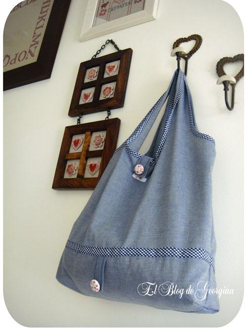 Bolsa de tela azul colgada de un gancho en una pared.