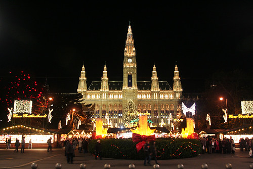 the largest Christmas market in Vienna