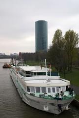 Frankfurt, Westhafen-Tower (HEN-Magonza) Tags: frankfurt westhafentower geripptes hochhaus highrisebuilding main schiff ship hessen hesse deutschland germany