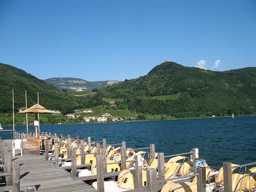Tretbootverleih am Kalterer See mit Blick auf die Leuchtenburg