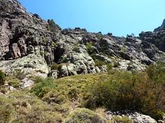 La falaise à franchir au-dessus de Tana di l'Orsu