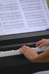 foto mani pianoforte