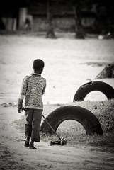 Jeux à roulette (orang_asli) Tags: africa portrait people game car children tanzania village tire voiture zanzibar enfant pneu objets lieux afrique aficionados jeux peuples tanzanie jambiani catégorie géographie gographie tanzanien catgorie