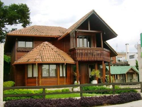frente da casa de madeira