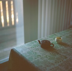 Relaxation (Inside_man) Tags: stilllife 120 6x6 tlr film colors rolleiflex mediumformat bokeh teapot teacup relaxation portravc