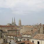 Bordeaux: Vue des toits du centre historique, dans le lointain la tour Pey-Berland en fond