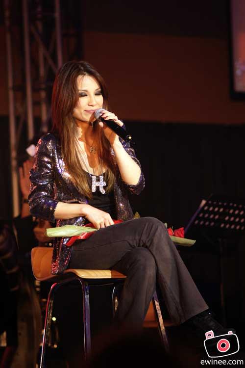 Hannah-Tan-Christmas-Concert-Garden-sitting