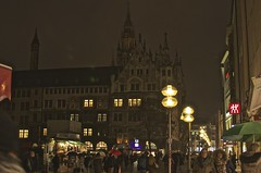 Noches concurridas (Edson-Garcia) Tags: germany europe photography cities streets fotografianocturna munich traveller trip mochilero landscape paisajes alemania edificios history buildings arquitectura plaza people lights