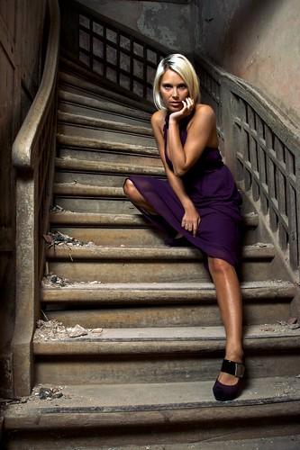 フリー画像| 人物写真| 女性ポートレイト| 白人女性| 金髪/ブロンド| ドレス| 頬杖/頬づえ|     フリー素材|