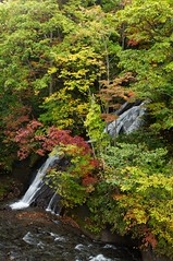漁川へ三段の滝が落ち込む