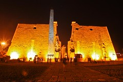 (721) Pylon (avalon20_(mac)) Tags: africa history architecture night geotagged town egypt architektur 500 luxor ägypten tempel misr eos40d schulzaktivreisen