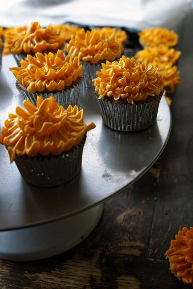 chai cupcakes, vanilla buttercream dahlia