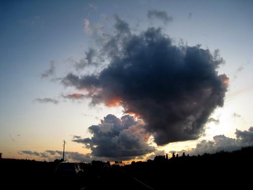 Nuages sur l'A13 au coucher du soleil