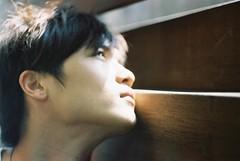 [フリー画像] [人物写真] [男性ポートレイト] [イケメン] [見上げる]       [フリー素材]