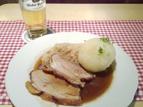 Schweinebraten mit Kartoffelknödel und Sauerkraut