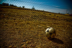 ¿Jugamos? (InVa10) Tags: sky españa field canon fence ball grid eos reja football spain play badajoz cielo campo jugar horizont horizonte pelota valla extremadura balón inva 450d