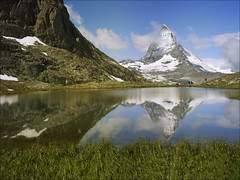 Monte Cervino (Matterhorn) (inmacor) Tags: sky mountain snow nature water azul clouds alpes reflections walking relax landscape lago switzerland agua italia suiza swiss nieve paisaje pico reflejo verano zermatt matterhorn monte montaa 2009 vacaciones altura cervino uro ltytr2 ltytr1 ltytr3 ltytr4 platinumheartaward inmacor lamanoamiga artofimages waterenvirons bestcapturesaoi peregrino27newvision