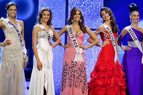 Ada Aimee De la Cruz, Rachael Finch, Mayra Matos Perez, Stefania Fernandez and Gona Dragusha