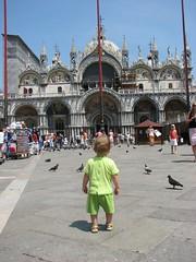 Pedro admirando a Baslica de San Marco (Matheusgf) Tags: venice italy baby saint veneza square san italia mark marco beb praa piazza marcos venezia so bambino