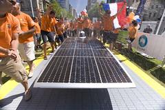 Nuon Solar Team komt aan op Victoria Square. Een loper in de vorm van een racebaan komt uit bij de beroemde fontein.