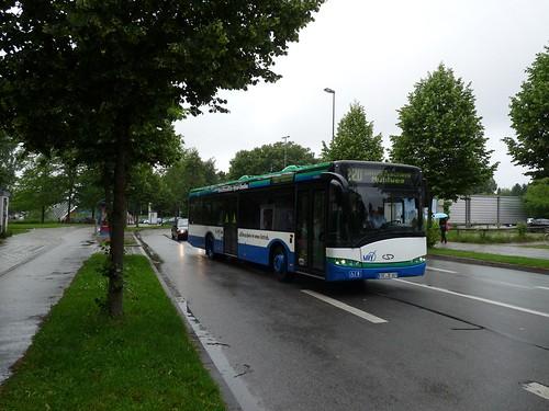 Der neue Hybridbus verlässt gerade den St.-Quirin-Platz