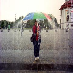 ((())) (schommsen) Tags: umbrella canon 50mm dresden bea ae1 canonae1 regen schauspielhaus regenschirm canonfd wasserspiel postplatz artlibre kodacolorvr400plus schommsen analogistbesser 06062009 ellaellaehhehh