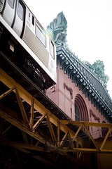 Subway (02) - 21Jun09, Chicago (USA) (°]°) Tags: red urban chicago green yellow statue metal jaune subway rouge cta metro métro vert structure owl vehicle métal urbain chouette hibou véhicule