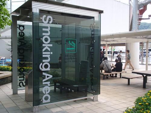 Zona de fumadores en estación de servicio
